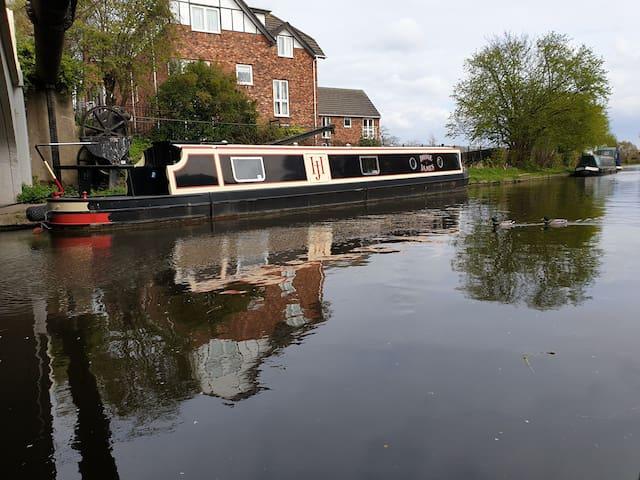 Luxury Narrowboat on the Bridgewater Canal