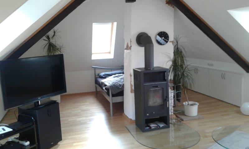 Die helle Dachwohnung kann verdunkelt werden und alle Räume haben Klimaanlage.