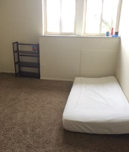1 Mattress in Living Room for Travelers - Columbus