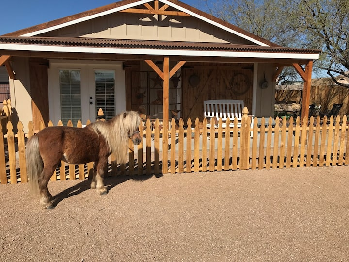 Bunkhouse, desert trails, Hi wifi, horses/ views !