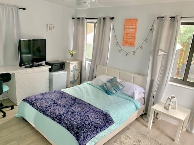 Private room - walking distance to shops & beach