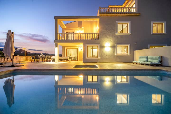 GRANDIOSA,Superb villa for 14 pax in Calpe with private pool and free wifi
