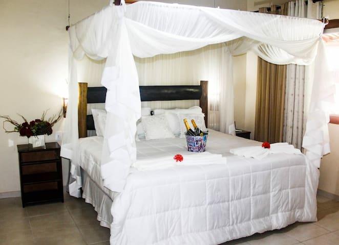 suite master  composta com cama king , 01 cama soleteiro.