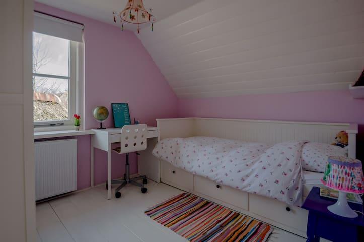 Slaapkamer 3 met eenpersoonsbed dat middels uitschuifbed geschikt is voor twee personen
