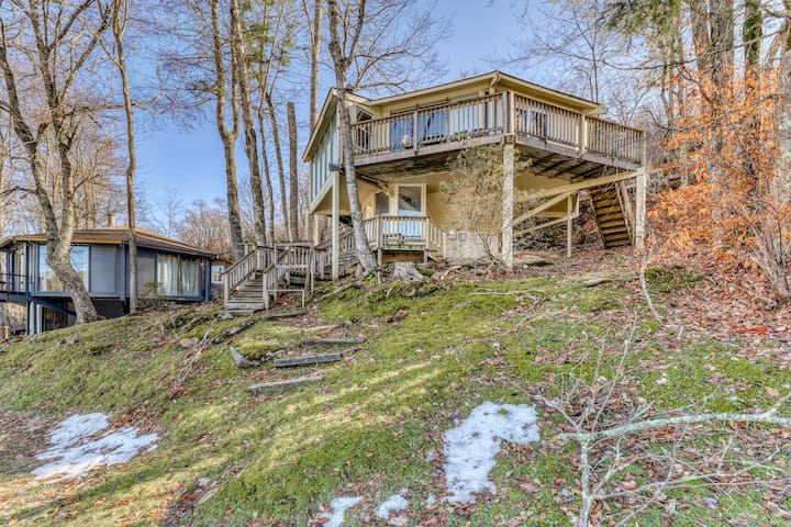 Ski in/ski out roundhouse w/slope views, spiral staircase & stone fireplace