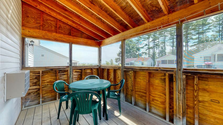 New listing! Comfortable cottage w/screened porch - walk to town & beach!