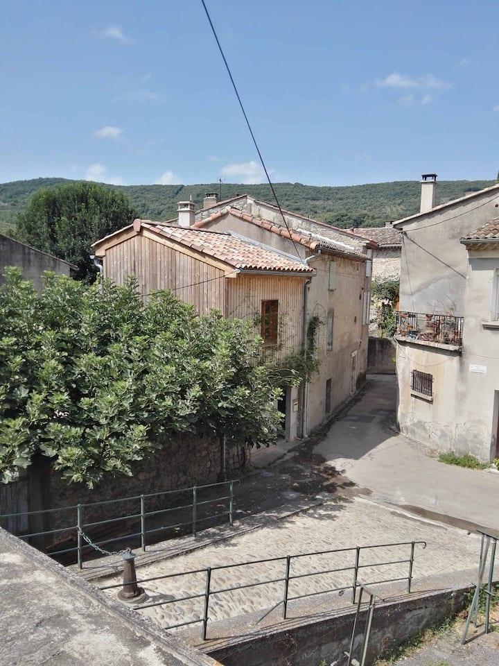 Jolie petite maison au coeur d'un village médiéval