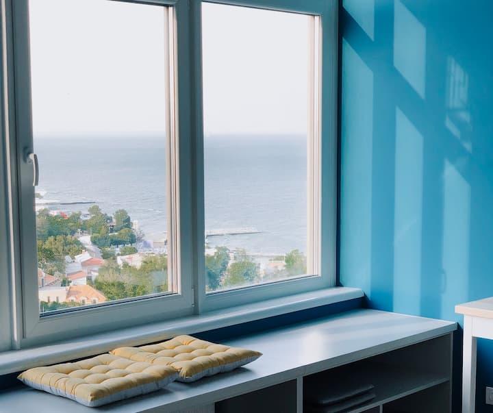 Стильні апартаменти з морським видом. Пляж поруч
