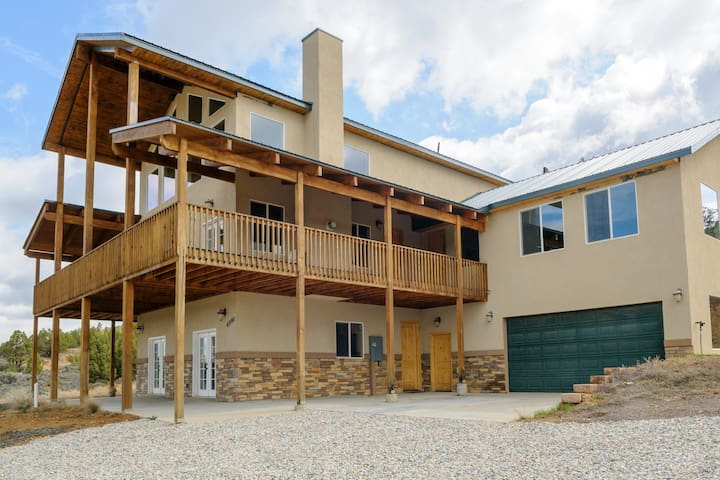 The Pecos Lodge - sleeps 18 - Alton - Cottage