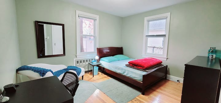 Queen Room_Single Occupancy_Shared Bath_No Cooking