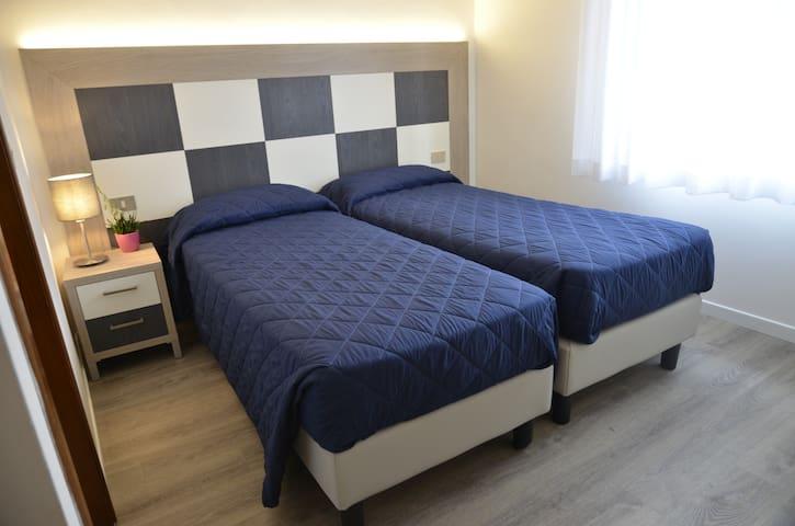 camera doppia. Schlafzimmer mit zwei Betten. Twin room
