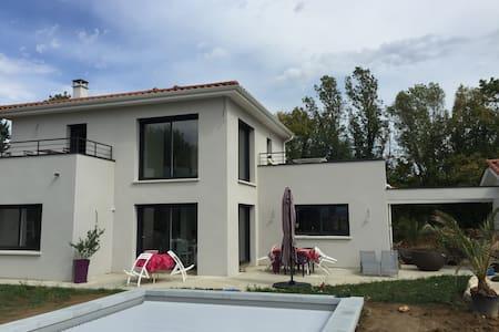 Chambres dans villa avec piscine - Savigneux - Dům