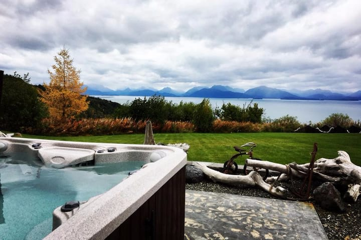 Little Lupine · Gorgeous Home, Private Hot Tub, Incredible View!