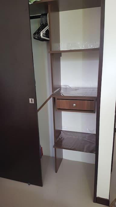 armario con espacio disponible para acomodar las pertenencias