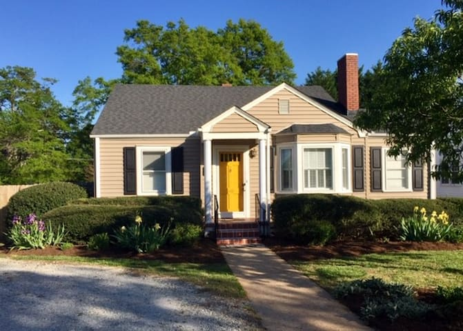 Cozy Home 3 Miles from Furman Univ. AND Downtown!