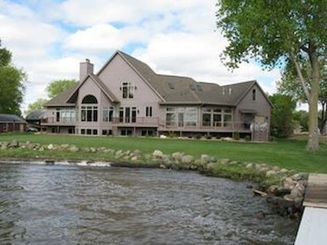 Lake Winnebago Getaway-Water Views from Every Room - Fond du Lac - Hus