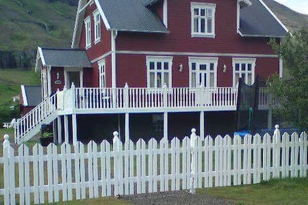 Charming Double Room with Breakfast included - Seyðisfjörður - Maison