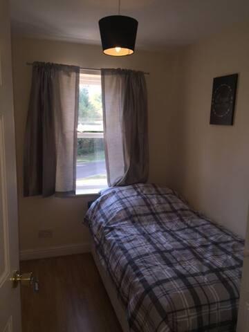 Single room modern house in Crawley Gatwick - Crawley - House