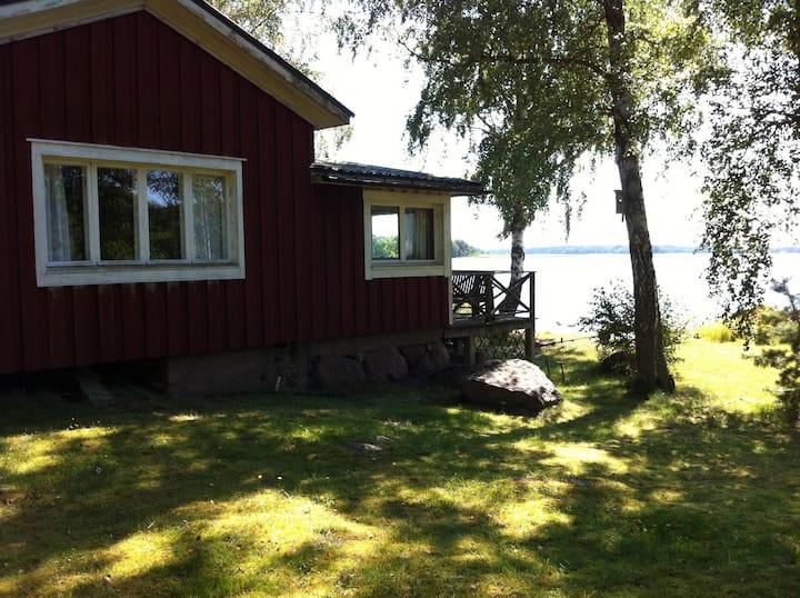 Charmig naturnära stuga med privat läge