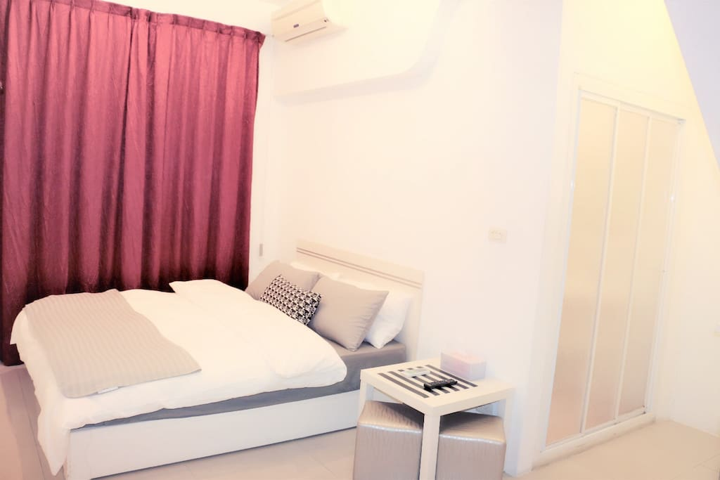 紅色雙人房+衛浴乾濕分離。有整片大窗戶,整體明亮又溫馨。床架上面有著舒服的獨立筒床。麻雀雖小五臟俱全!兩人恰恰好:) (另有包車旅遊,歡迎詢問)