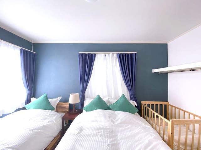 2階:ダブルベッド1つ、シングルベッド1つの201号室