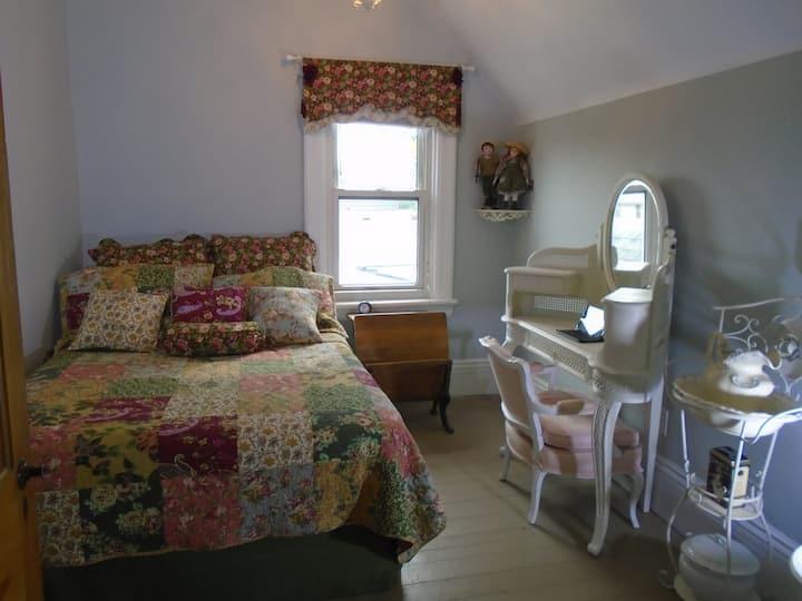 Cozy Victorian Abode- near lake, GO, Dwntn