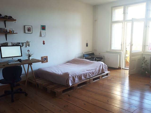 Bright double room at Rathaus Neukölln