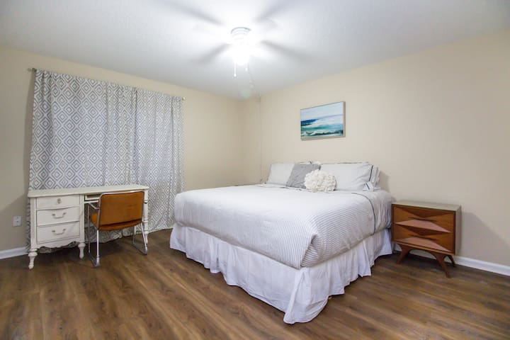 Cozy Apartment / Just 3 miles to the beach!