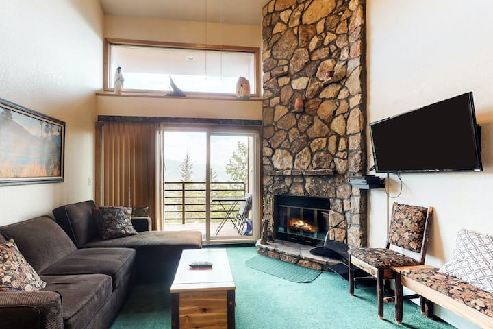 Charming mountainview condo with shared pool & hot tub plus home comforts!