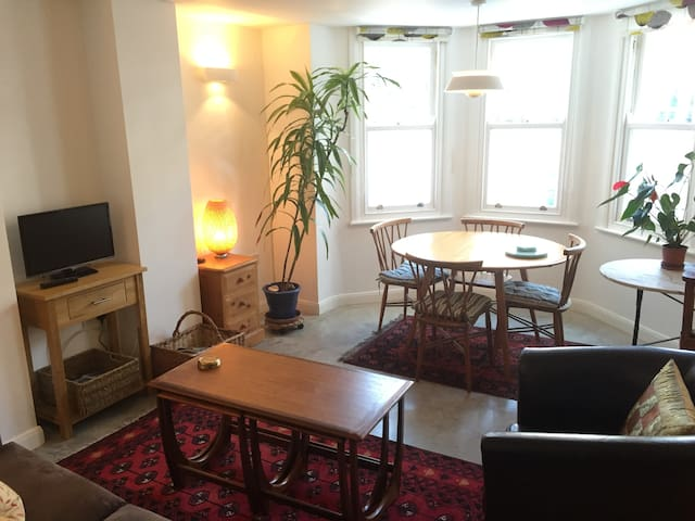 Airy flat in trendy North London