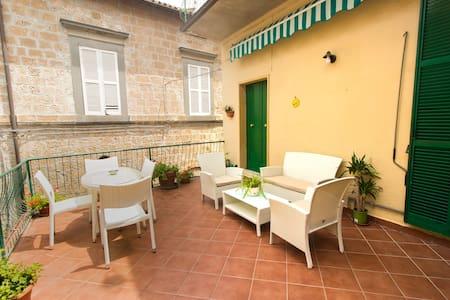 Delizioso appartamento con terrazza da Paola