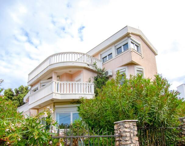 Seaviews Villa Rossa 1 min from Beach, 15+2 guests