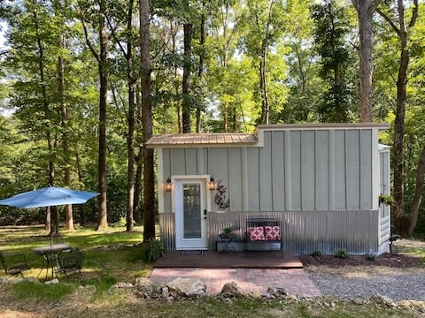 Tiny House in the Woods, private & quiet setting