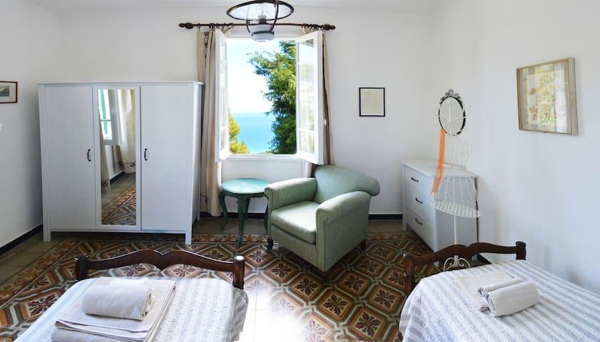 Camera da letto super romantica, con la vista dell'alba sul mare al mattino !