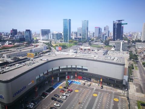 Frente a moderno centro comercial a un paso del centro financiero