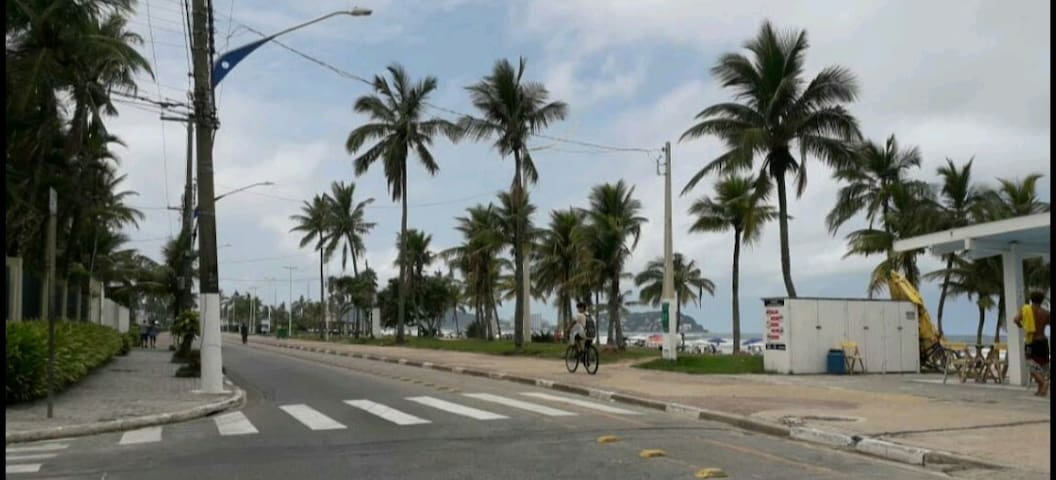 Orla, a 650 metros do apartamento, possui 6 km tem ciclovia, locação de bicicletas, calcadão para caminhadas e quiosques que disponibilizam banheiro, guardo-sol e cadeiras de praia. Há também o famoso Aquário do Guarujá e a feira de artesanato.