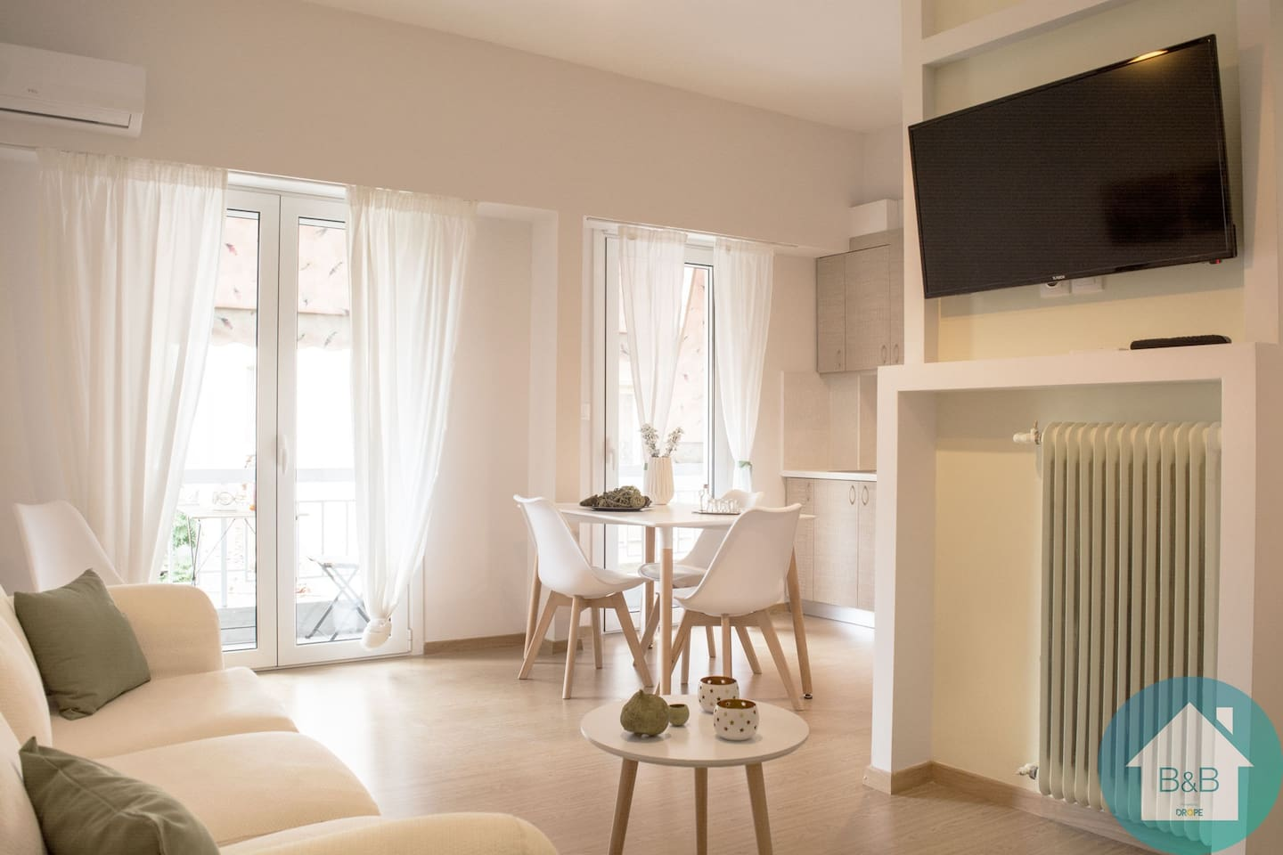 Entering the flat you find a big living room. Here you can find a sofa-bed and a couch which are perfect for rest and planning of your adventures.Additionally, the living room has a dining table to enjoy your meals and an access to the rear balcony.