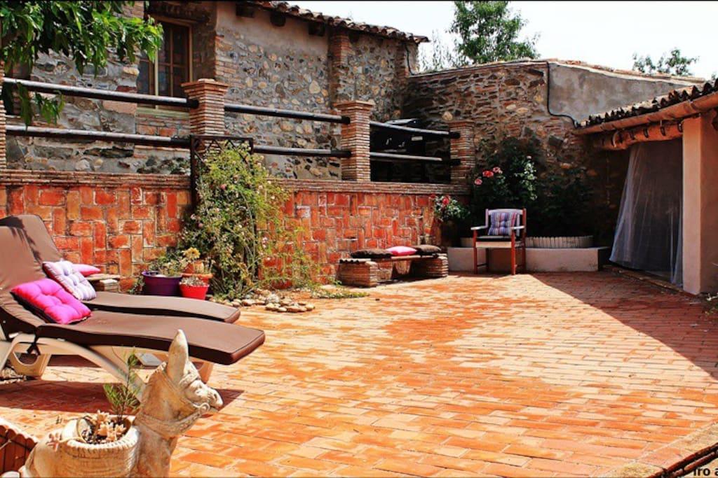 Magnífico jardín mediterráneo con mucha luz, impresionantes vistas, con porche para comer en familia y amigos, barbacoa con pequeña cocina de inducción y nevera