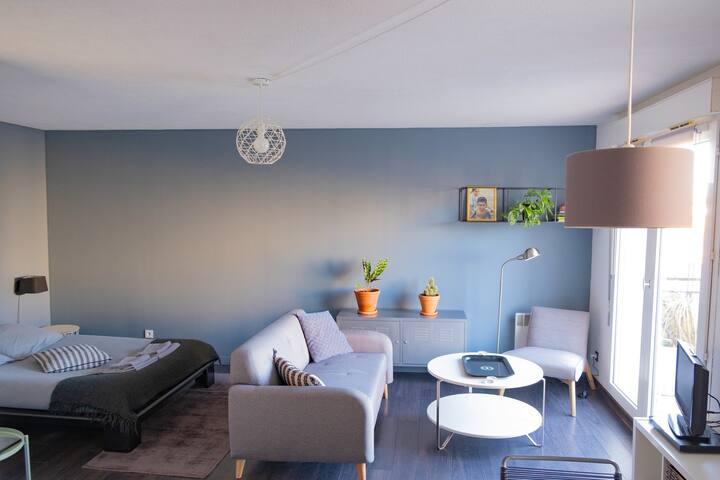 Studio cosy en ville avec parking et terrasse.