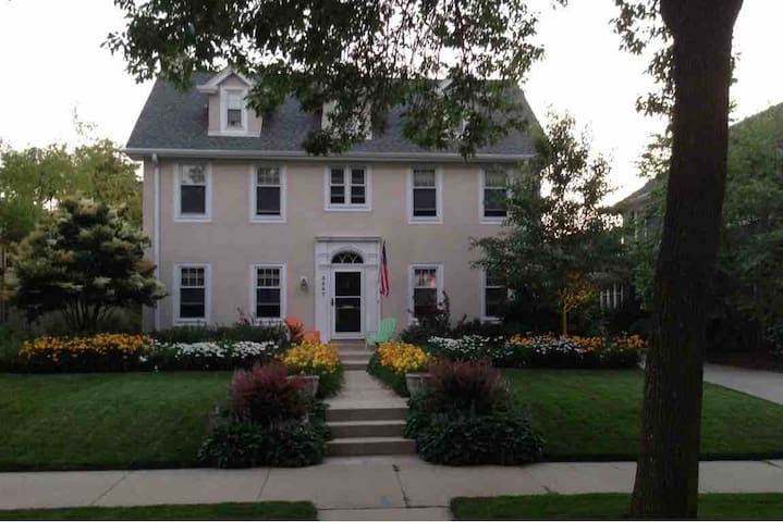 Charming colonial 3.2 miles from the DNC