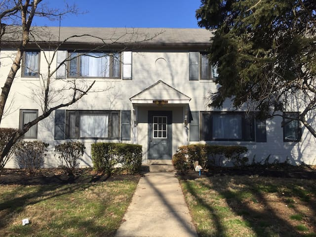 Clean room in beautiful community; public transit - Upper Darby - Apartamento