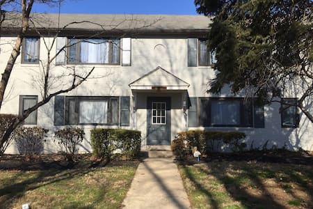 Clean room in beautiful community; public transit - Upper Darby - Daire
