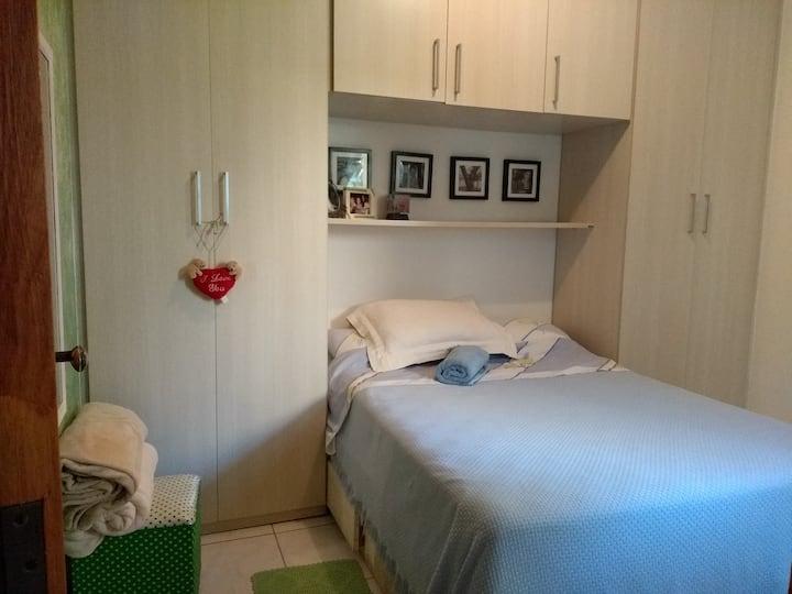Um quarto com conforto familiar.