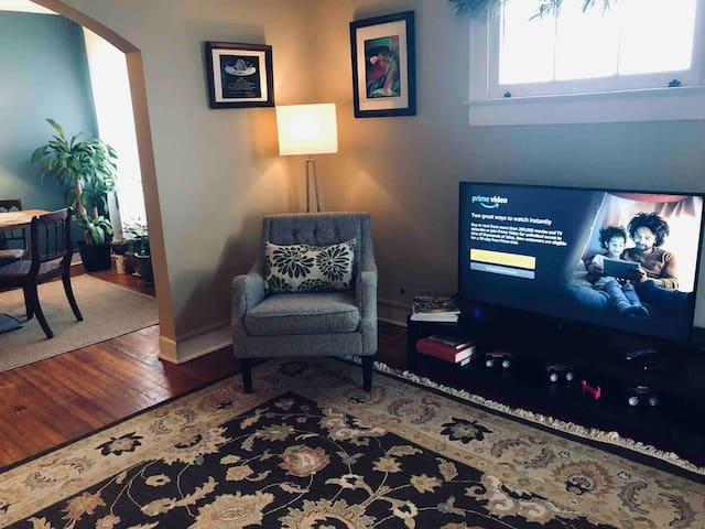 Living room with smart TV, cable Netflix, Prime and Hulu.