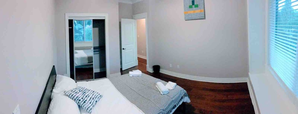 Private Room & Private Bathroom-5 mins to Skytrain