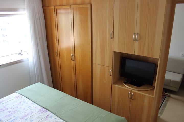 Armários e TV a cabo do quarto. / Room wardrobes and Cable TV.
