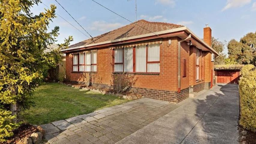 Full house located in Glen Waverley - グレンウェイバリー - 一軒家