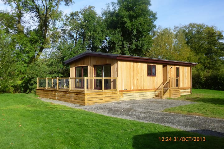 Beautiful wooden lodge, next to river with views. - Clunton - Srub