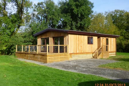 Beautiful wooden lodge, next to river with views. - Clunton