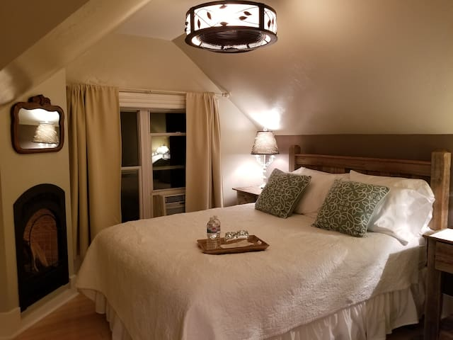 Romantic B&B Downtown- Relax in the Mountains!